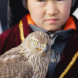 NURA, KAZAKHSTAN - FEBRUARY 23: Eagle on kid's hand in Nura — Stock Photo