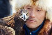 Нура, Казахстан - 23 февраля: орел на рука мертвеца в Нура возле — Стоковое фото