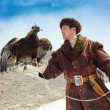 NURA, KAZAKHSTAN - FEBRUARY 23: Eagle on man's hand in Nura near — Stockfoto
