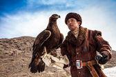 Nura, kazachstan - 23 februari: eagle op iemands hand in nura in de buurt van — Stockfoto