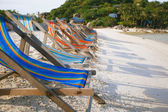 Row of sun beds in the beach of Nang Yuan, Thailand — Stock Photo