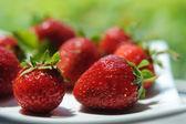 白い皿に新鮮な食欲をそそるイチゴ — ストック写真