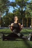 Pratica di sport ragazza con espander strada — Foto Stock