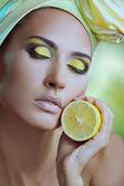 柠檬在她头上的黄色围巾的美丽健康女人 — 图库照片