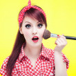 Cute pin up girl applying blusher — Stok fotoğraf