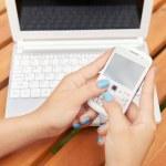 kvinna med laptop och smartphone — Stockfoto