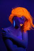 Uv luz retrato, mujer con accesorios brillantes y conforman — Foto de Stock