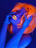 Uv-licht portret, vrouw met gloeiende accessoires en make-up — Stockfoto