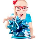 Zabawna dziewczyna podekscytowany coraz prezent — Zdjęcie stockowe