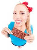 搞笑激动的女孩被隔绝在白色巧克力 — 图库照片