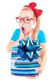 Divertente ragazza eccitata ottenendo un presente — Foto Stock
