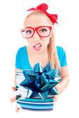 Lustige mädchen aufgeregt, indem man ein geschenk — Stockfoto