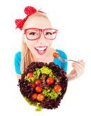 Alegre menina engraçada comendo salada — Foto Stock