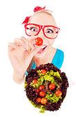 性格开朗风趣的女孩玩沙拉 — 图库照片