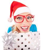 Roliga santa flicka ger en present — Stockfoto