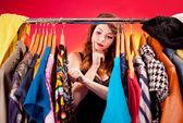 Kavram, genç bir kadın koymak karar vermekte giyecek bir şeyim — Stok fotoğraf
