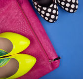 Colorful high heels and snakeskin print bag — Stock Photo