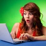 überrascht junge Frau am computer — Stockfoto