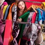 nichts zum anziehen Konzept, junge Frau, die entscheiden, was anziehen — Stockfoto