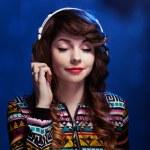 Mädchen mit Kopfhörern Musik genießen — Stockfoto