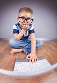 Liten pojke med bärbar dator — Stockfoto