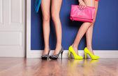 两个女孩穿高跟鞋在门口等 — 图库照片