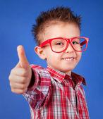 Chico alegre cinco años con el pulgar para arriba — Foto de Stock