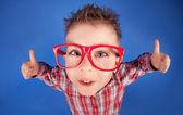 δροσερό πέντε ετών αγόρι προβολή εντάξει σημάδι — Φωτογραφία Αρχείου