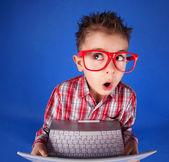 маленький мальчик с ноутбуком, концепция компьютерной наркомании — Стоковое фото