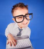 Fem år gammal pojke med en bärbar dator — Stockfoto