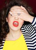 Mooie jonge brunette vrouw in een moment van realisatie — Stockfoto