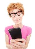 Grappige kerel geconcentreerd tijdens het gebruik van slimme telefoon — Stockfoto