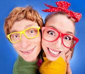 Feliz pareja nerd abrazando — Foto de Stock