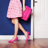 Rosa tacones de zapatos y las piernas de la mujer sexy — Foto de Stock