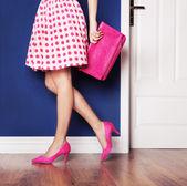 Růžové vysoké nakloní boty a nohy sexy žena — Stock fotografie