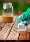 применение защитный лак на деревянной мебели — Стоковое фото