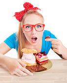 Tatlıyı yiyen kadın — Stok fotoğraf