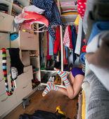 Donna alla ricerca di abbigliamento — Foto Stock