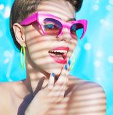 Femme portant bikini et lunettes de soleil — Photo