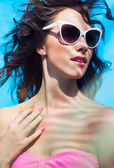 Woman wearing sunglasses by the swimming pool — Foto Stock
