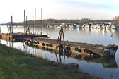 Stary zardzewiały barki na rzece do recyklingu. — Zdjęcie stockowe