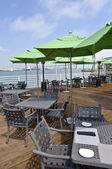 Parasols restaurant et vert sur le bord de l'eau. — Photo