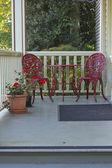 Duas cadeiras vermelhas e uma tabela. — Foto Stock