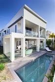 современный дом с бассейном — Стоковое фото