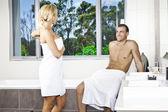 Jeune couple dans la salle de bain — Photo