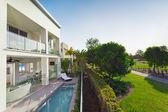 Modern house havuzu — Stok fotoğraf