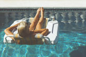 プールでリラックスブロンドの女性 — ストック写真