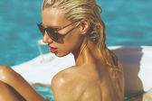 プールでリラックスブロンドの女の子 — ストック写真