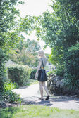Genç Kız parkta yürüyüş — Stok fotoğraf