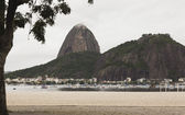 Docked boats infront of Sugarloaf Mountain — Stock fotografie